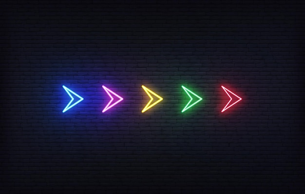 ネオンの矢。レンガの壁の背景にカラフルな輝くネオン矢印ポインターのセット。