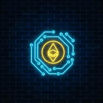 Неоновый знак валюты ethereum с электронной схемой. криптовалюта эмблема на фоне темного кирпича стены.
