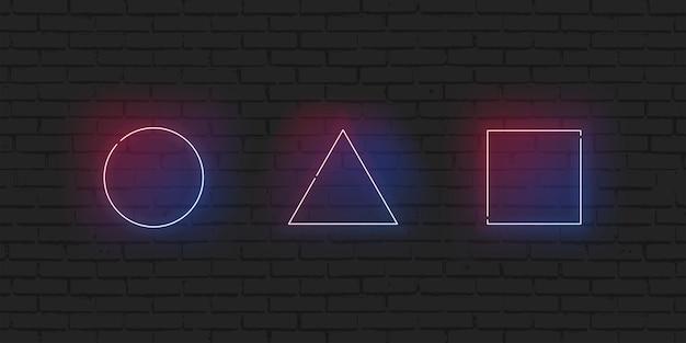 Неоновая рамка геометрическая набор круг, треугольник и прямоугольник границы блестящие иллюстрации. светодиодные лампы различной формы ярко сияют на фоне темной кирпичной стены.