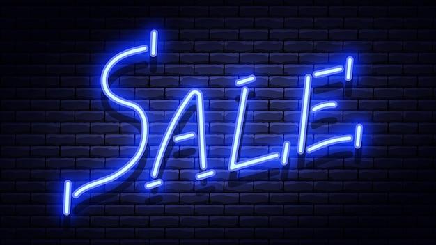 Неоновая светящаяся синяя вывеска продажи на кирпичной стене