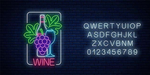 Неоновый светящийся знак вина с алфавитом на фоне темной кирпичной стены. гроздь и листья винограда с бутылкой и бокалом вина в рамке прямоугольника. векторная иллюстрация.