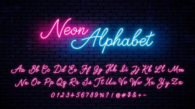네온 필기 영어 문자, 숫자 및 기호 집합입니다. 숫자와 기호가 있는 벡터 빛나는 알파벳. 밝은 네온 글꼴.