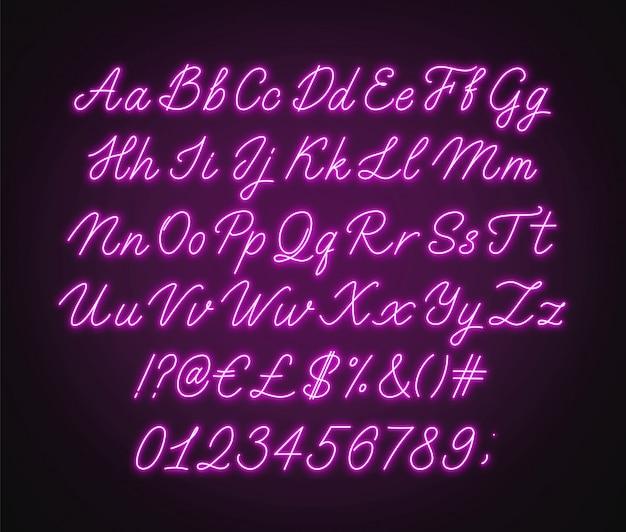 네온 핑크 스크립트 알파벳. 문자, 숫자 및 특수 문자로 빛나는 필기체 글꼴.