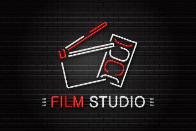 壁の背景に装飾用の映画機器のネオンサイン。映画、監督、映画制作のコンセプト。
