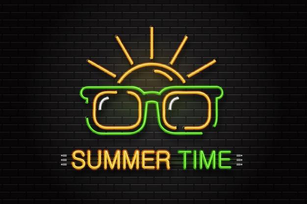 メガネと壁の背景に装飾用の太陽のネオンサイン。夏の間の現実的なネオンのロゴ。幸せな休暇とレジャーの概念。