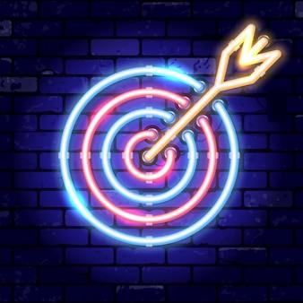 ネオン看板矢印ターゲット。コンセプトの目標、成功。レンガ壁の看板に明るい夜の看板。現実的なネオンアイコン
