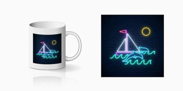 カップデザインの丸いフレームに帆船と海でイルカをプリントしたネオンサマー。光沢のある夏のカップデザイン