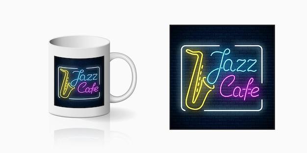セラミックマグのモックアップにサックスの生演奏が流れるジャズカフェのネオンプリント。カラオケとカップでのライブ音楽とナイトクラブの看板のデザイン。サウンドカフェのアイコン。