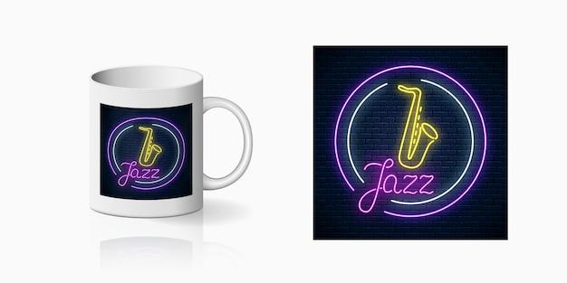 セラミックマグのモックアップにサックスの生演奏をしたジャズカフェのネオンプリント。カップのライブ音楽とナイトクラブの看板のデザイン。サウンドカフェのアイコン。