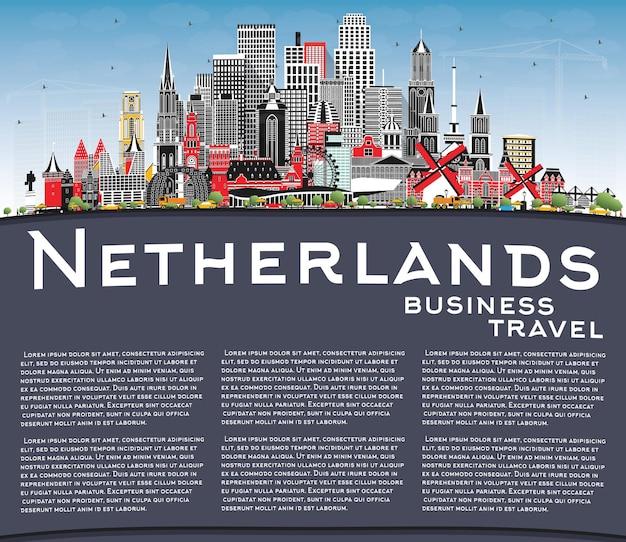 회색 건물, 푸른 하늘 및 복사 공간이 있는 네덜란드 스카이라인. 삽화. 역사적인 건축과 관광 개념입니다. 랜드마크가 있는 도시 풍경. 암스테르담