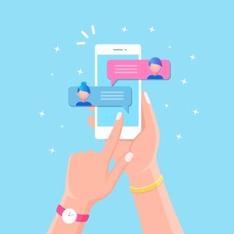 Уведомление о новых сообщениях чата на мобильном телефоне. смс пузыри на экране мобильного телефона. люди в чате