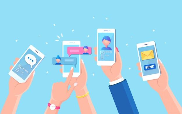 携帯電話での新しいチャットメッセージ通知。携帯電話の画面にsmsの泡。チャットする人々。