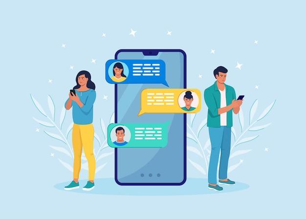 휴대 전화의 새로운 채팅 메시지 알림. 휴대폰 화면에 sms 거품. 사람들이 채팅