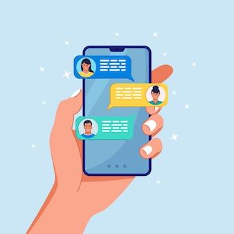 휴대 전화의 새로운 채팅 메시지 알림. 휴대폰 화면에 sms 거품. 채팅하는 사람들