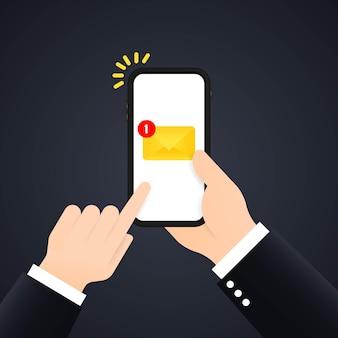 Новое уведомление по электронной почте на экране мобильного телефона, смартфона. рука держит мобильный телефон с конвертом на экране.