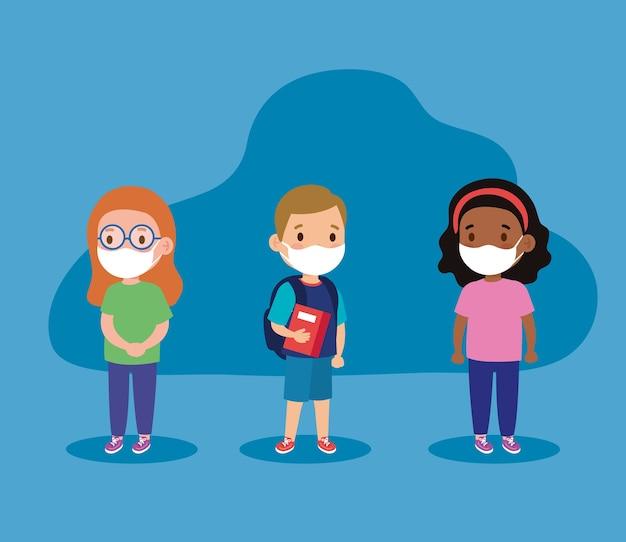 フェイスマスク付きの女の子と男の子の子供たちの新しい師範学校