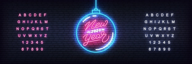 Новый год 2020 неоновый шаблон. светящийся неоновый елочный шар и надписи к празднованию нового 2020