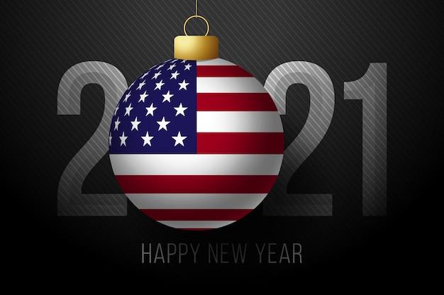 アメリカの国旗と2021年の新年。暗い背景に幸せな新しい2021年のレタリングで