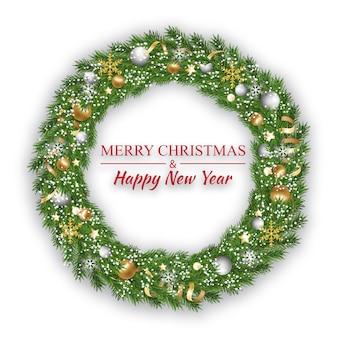 Новогодний и рождественский венок, зимняя гирлянда на белом фоне.