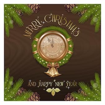 Новогодние круглые часы с рождественским венком. старинные антикварные часы украшали традиционный праздничный венок из еловых веток и елочные игрушки.