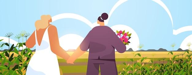 꽃과 함께 서 있는 신혼 레즈비언 커플 트랜스젠더 사랑 lgbt 커뮤니티 결혼식 축하