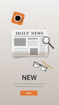 신문 매일 뉴스 커뮤니케이션 매스 미디어 개념 데스크 상단 각도보기 세로 복사 공간