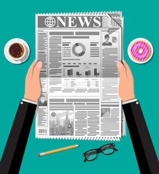 ドーナツ、一杯のコーヒー、鉛筆と新聞。朝のビジネス要素、朝食、コーヒーブレイク。