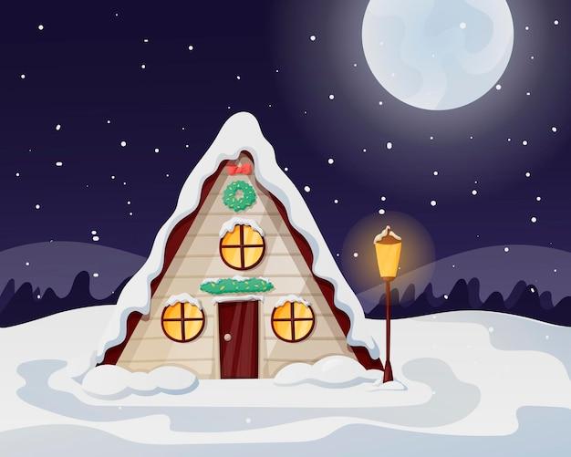 月と降雪のある夜のクリスマスの冬の風景。雪と漂流物が散らばっている、窓に光が差し込む孤独なカントリーハウス。