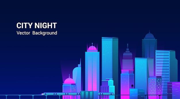 Панорама ночного города. городской пейзаж на темном фоне с яркими и светящимися неоновыми фиолетовыми и синими огнями. широкий шоссе вид сбоку.