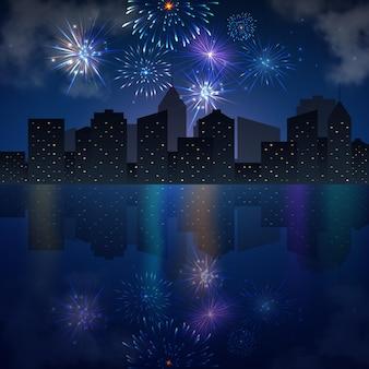 Skyline della città di notte con fiume e fuochi d'artificio.