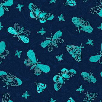 Ночные бабочки. бесшовный узор в стиле каракули. ночные бабочки, листья и цветы на синем фоне. иллюстрации.