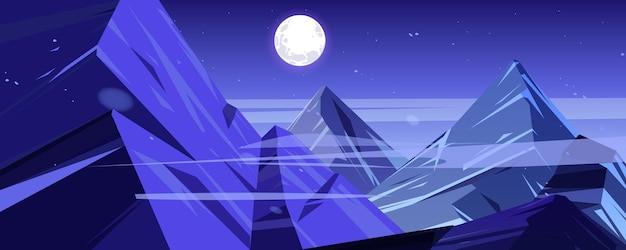 Cime di montagna notturne paesaggio crepuscolare vista scenario con alte rocce e luna piena con stelle glowi...