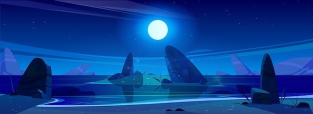 Ночной океан под звездным небом с сияющей полной луной над морем со скалами