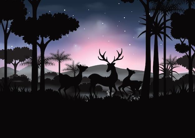 Ночная сцена с оленями и силуэт лес абстрактного фона.