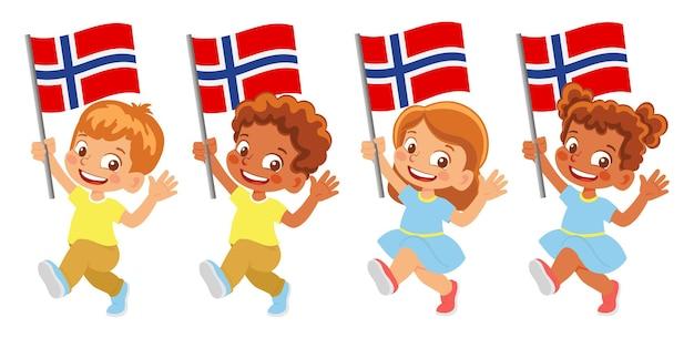 손에 노르웨이 국기입니다. 깃발을 들고 있는 아이들. 노르웨이의 국기