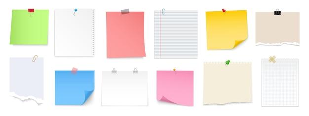 핀, 바인더 클립, 푸시 핀, 접착 테이프 및 압정이있는 메모 용지. 빈 시트, 스티커 메모, 찢어진 종이 및 노트북 페이지. 메모 메시지 용 템플릿입니다.