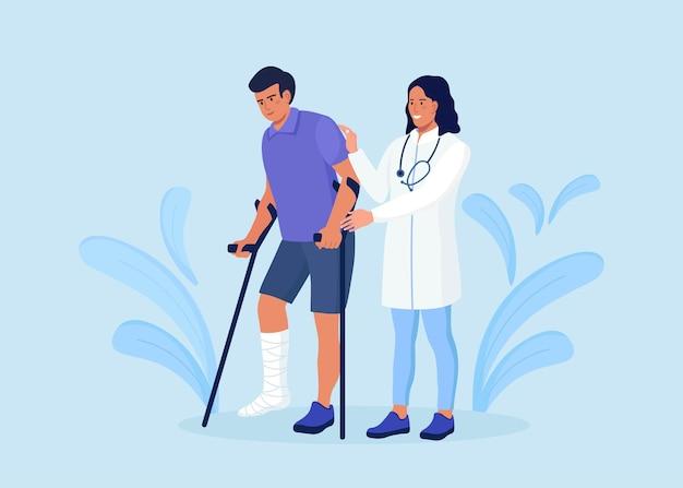 Медсестра или врач помогает ходить пациенту со сломанной ногой. врач успокаивает пострадавшего на костылях с гипсовой повязкой на ноге для выздоровления