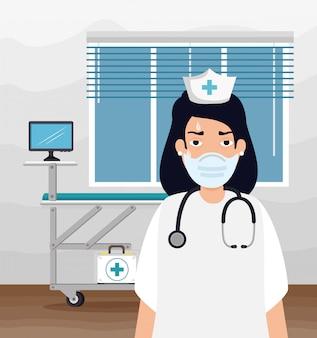 看護師は診察室でフェイスマスクを使用して疲れています。