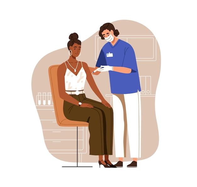 抗コビッドワクチン注射で黒い肌の女性に予防接種をする看護師。ウイルスからの保護のための成人患者の予防接種。白い背景で隔離の色のフラットベクトルイラスト。