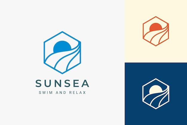 단순한 태양과 파도 모양의 바다 또는 해변 육각형 로고