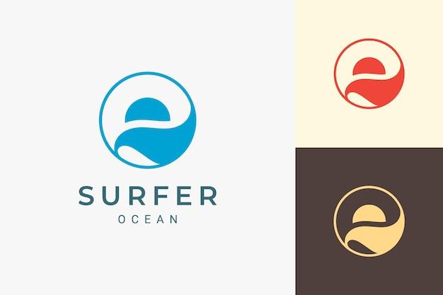 단순한 태양과 바다 모양이 있는 바다 또는 해변 로고