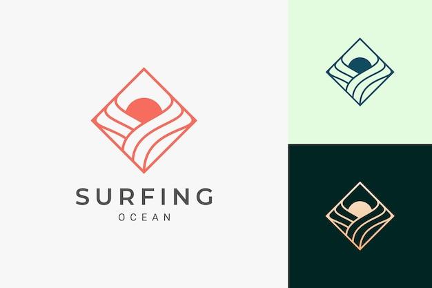 파도와 태양 모양이 있는 단순한 마름모의 바다 또는 서핑 로고