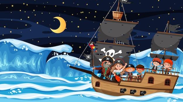 Сцена океана ночью с детьми пиратов на корабле