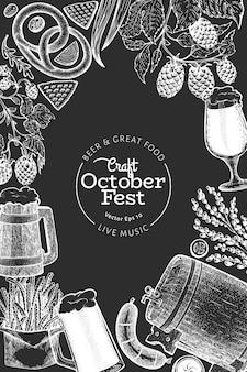 Octoberfestデザインテンプレート。ベクトルは、チョークボードに描かれたイラストを手します。レトロなスタイルの挨拶ビール祭りカード。