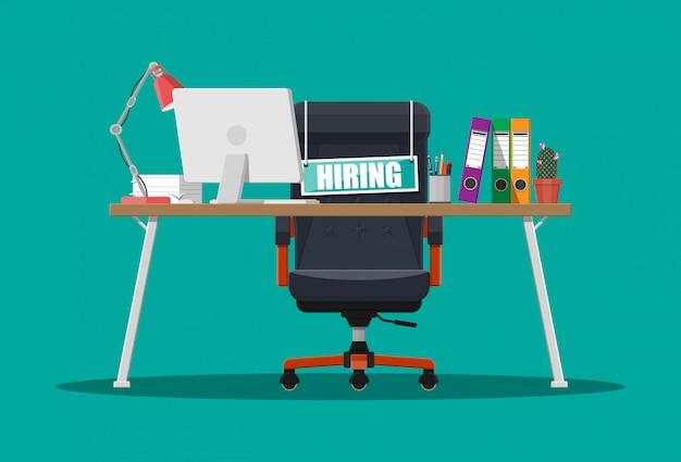 Офисный стул, вывеска вакансий, коробка с офисными предметами