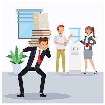 Коллеги по офису разговаривают друг с другом в кулере для воды в офисе, в то время как один из бизнесменов несет тяжелую стопку бумаг. нужна помощь. злится из-за того, что кто-то бездельничает.
