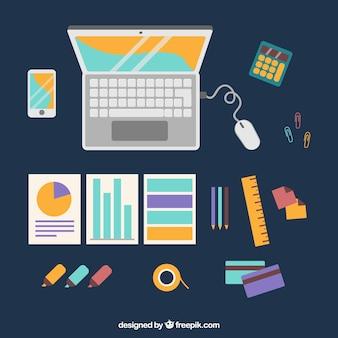 Scrivania con computer portatile e grafica