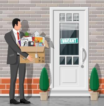 Дверь офиса с знаком вакансии. сотрудник с коробкой с канцелярскими товарами. наем и набор. управление человеческими ресурсами, поиск профессиональных кадров, работа. нашли подходящее резюме. плоские векторные иллюстрации