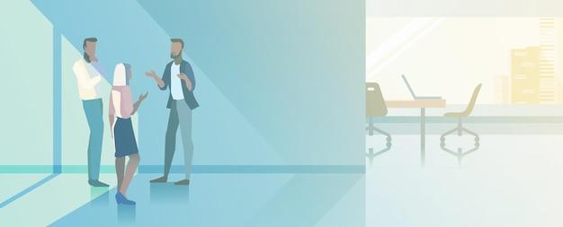 オフィスインテリアオープンスペースフラットデザインベクトルイラスト。現代の会議室で話しているビジネスマン会議場のビジネスマンと実業家
