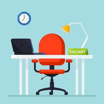 机、椅子、コンピューター、ラップトップ、ドキュメント、テーブルランプとオフィスのインテリア。職場